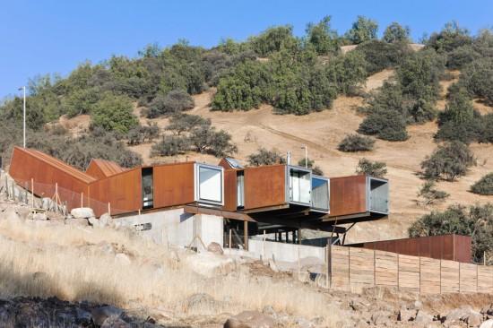 輸送用コンテナでつくった豪邸。小高い丘に建つ高級感溢れるコンテナハウス「casa oruga」4