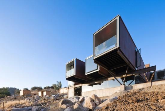 輸送用コンテナでつくった豪邸。小高い丘に建つ高級感溢れるコンテナハウス「casa oruga」5