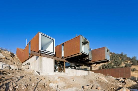 輸送用コンテナでつくった豪邸。小高い丘に建つ高級感溢れるコンテナハウス「casa oruga」6