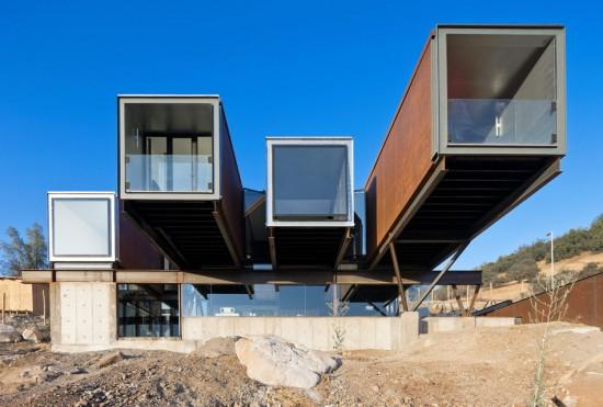 輸送用コンテナでつくった豪邸。小高い丘に建つ高級感溢れるコンテナハウス「casa oruga」7