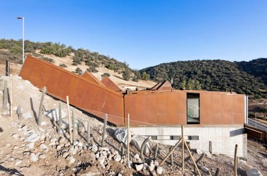輸送用コンテナでつくった豪邸。小高い丘に建つ高級感溢れるコンテナハウス「casa oruga」8