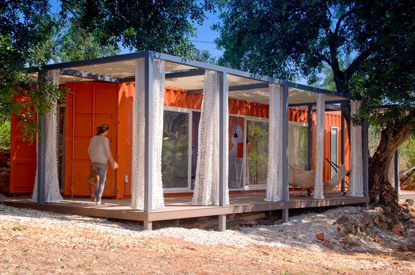 荷物輸送用のコンテナでつくられた、ハンモックのあるオレンジ色のコンテナハウス2