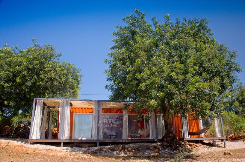 荷物輸送用のコンテナでつくられた、ハンモックのあるオレンジ色のコンテナハウス3