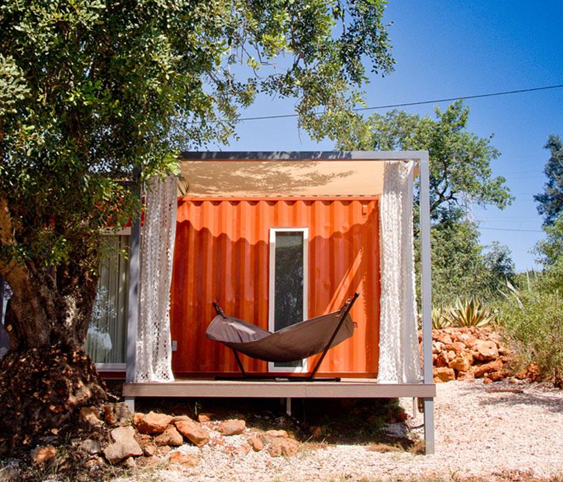 荷物輸送用のコンテナでつくられた、ハンモックのあるオレンジ色のコンテナハウス4