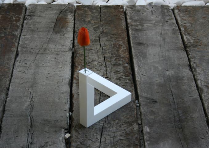 不可能図形の三角形をモチーフにした花瓶