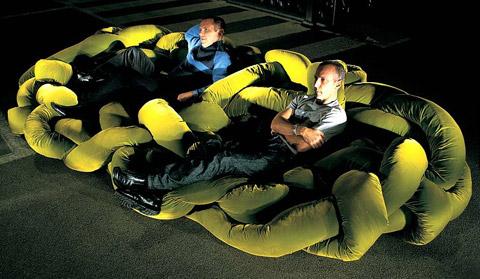 身を沈めるように座るソファー「Boa 」