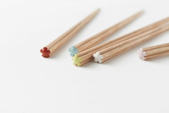 手に優しい「花」の形をした箸-nendo