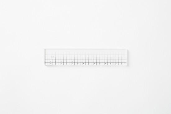 目盛りが「白」から「黒」へとグラデーション状に変化している透明アクリル製のルーラー「contrast ruler」2