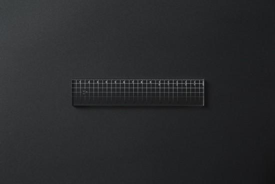 目盛りが「白」から「黒」へとグラデーション状に変化している透明アクリル製のルーラー「contrast ruler」3