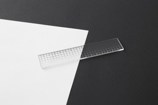 目盛りが「白」から「黒」へとグラデーション状に変化している透明アクリル製のルーラー「contrast ruler」4