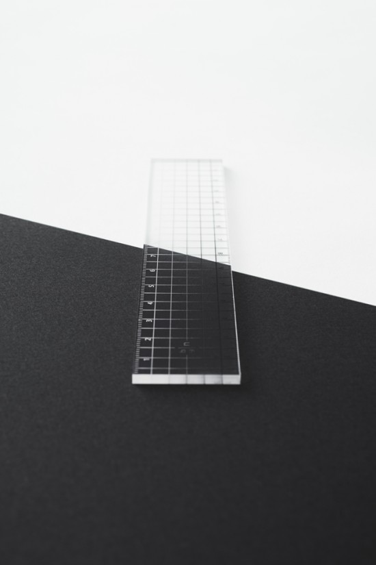 目盛りが「白」から「黒」へとグラデーション状に変化している透明アクリル製のルーラー「contrast ruler」5