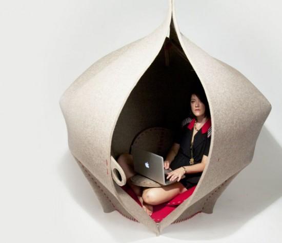 一枚の大きなフェルトを使って出来た個人的な隠れ家「HUSH」