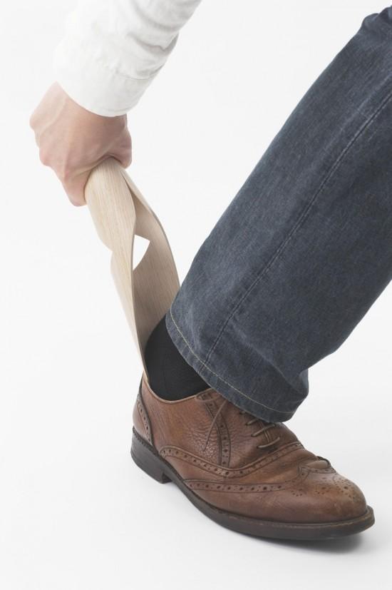 小鳥が止まるように靴箱に掛けておける靴べら「KOTORI shoehorn」