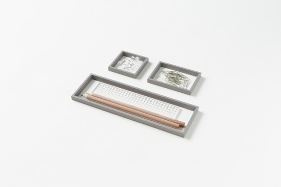 「器」ではなく、「輪郭線」によってデスク上の小物を整理するトレー「 outline tray」5