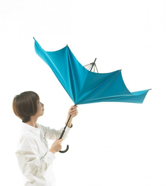 デザイナー梶本博司氏がデザインした、実用性を考えたら逆さまになった、逆さまの傘「UnBRELLA 」3