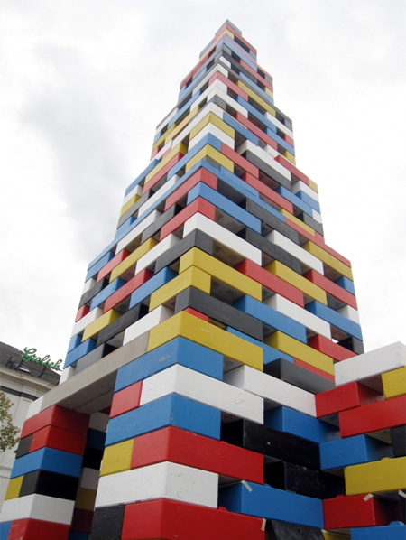 大きなレゴブロックで出来た教会