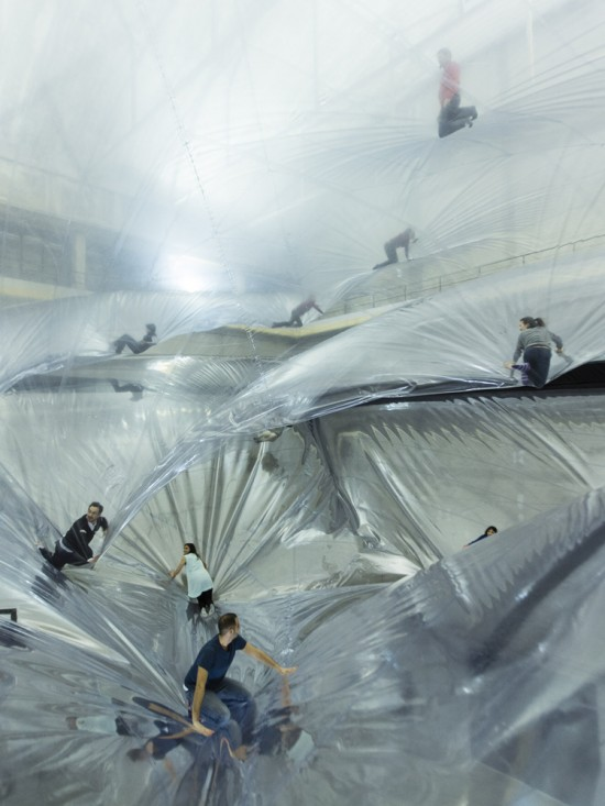 透明な雲の上を散歩できる施設