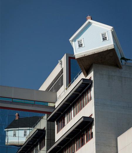 建物屋上のギリギリに建てられた家
