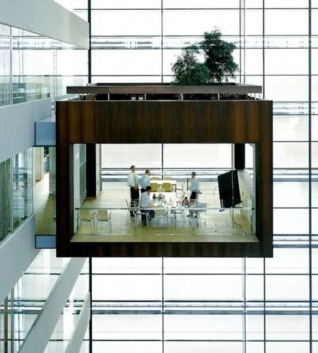 宙に浮く会議室6