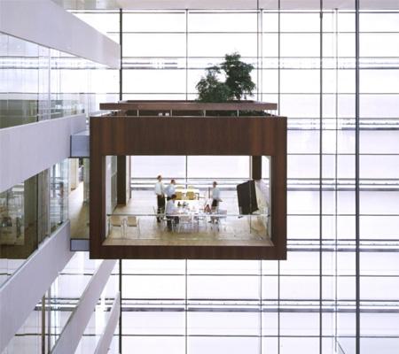 宙に浮く会議室