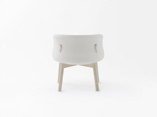 木の杭のように背もたれを貫いている椅子