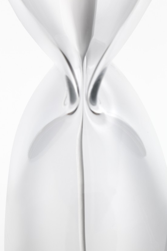 nendoがデザインした一部を潰すことで光源を支えるランプ