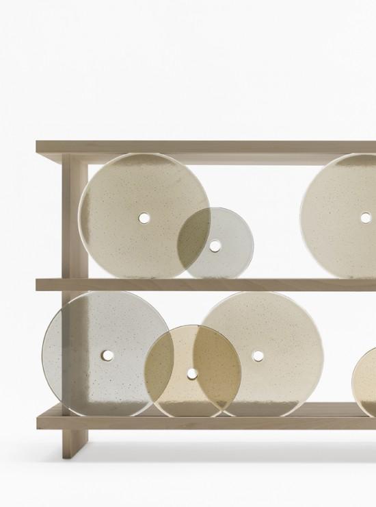 円形の扉を「転がして」使う棚「rotating-glass shelf」