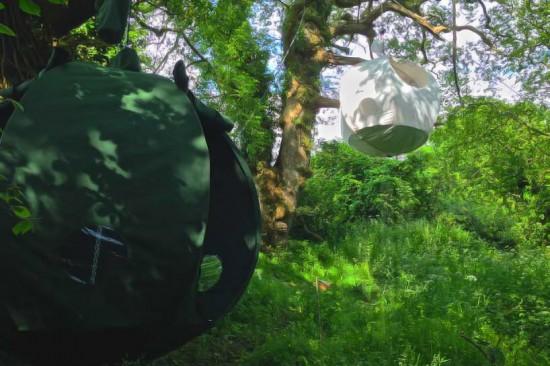 球体型の木に吊るして使うテント「roomoon」