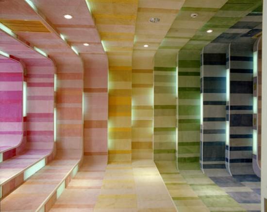 絵本の世界に迷い込んだかのような子供の為にデザインされた虹色の児童書店