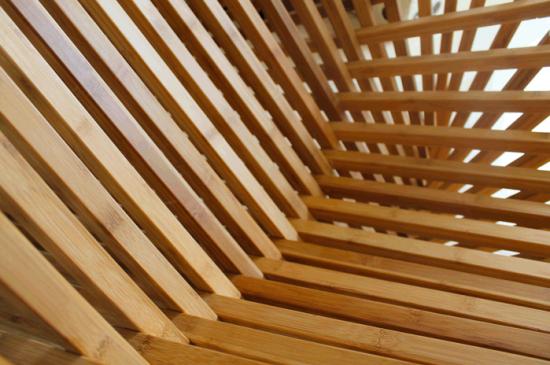 平らな板が立体的な椅子になる