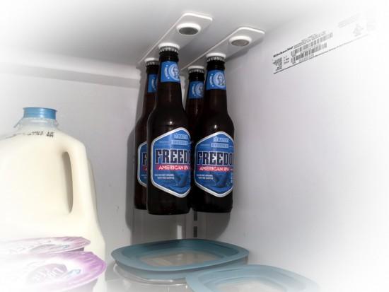 冷蔵庫の天井から瓶を吊るす「bottleLoft 」
