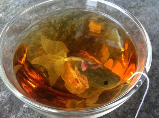 金魚の形をしたティーバッグ