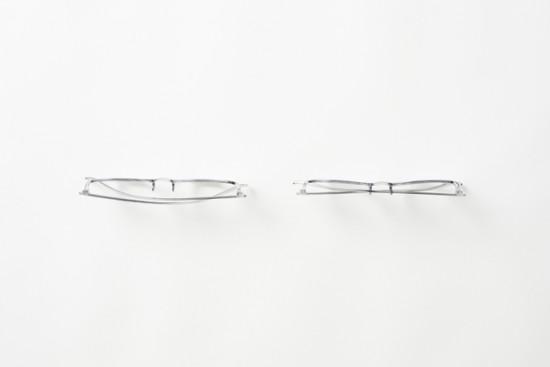 折り畳んだテンプルを鼻あてにパチンと引っ掛けることで平らになる眼鏡「snap glasses」