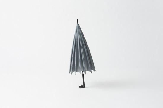 逆さまにかけたり壁に寄りかけることのできる傘