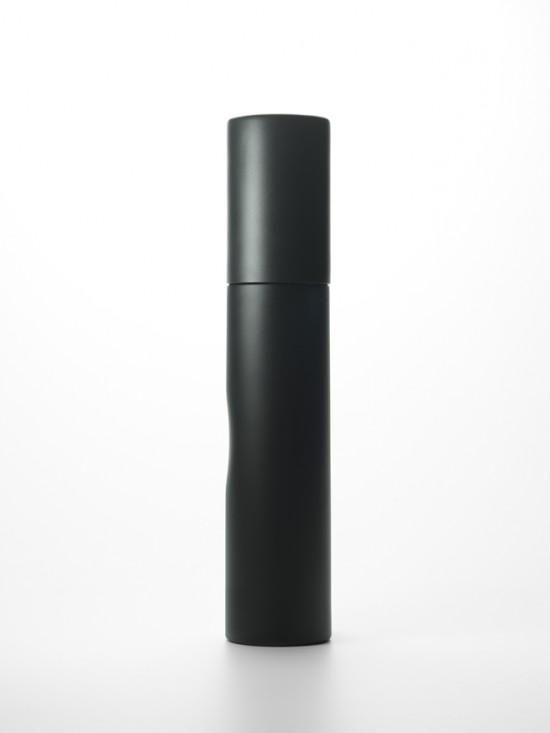 指のための凹みがついた 墨の棒のような日本酒ボトル