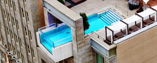 ビルから突き出ているプール
