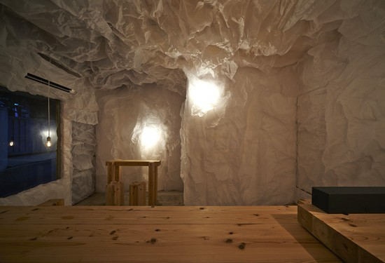 大阪府阿倍野区の路地裏にある、紙でつくった洞窟のようなコミュニティスペース「あべのま」
