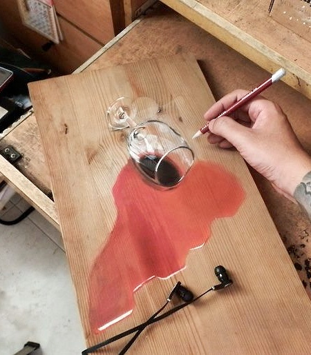 机に描かれた本物にしか見えない、ものすごくリアルな絵