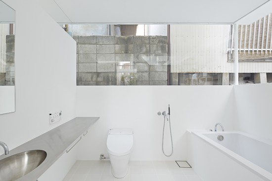 柄沢祐輔建築設計事務所が設計したガラス張りの狭小住宅「S-House」