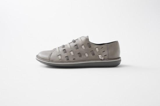 全体が靴ひもで編み込まれた靴