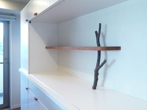 ケヤキを植えた食器棚