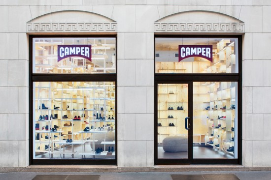 建築家、隈研吾氏がデザインした合板を使ったミラノにあるcamperのお店