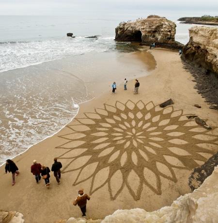 砂浜に描かれたミステリーサークル