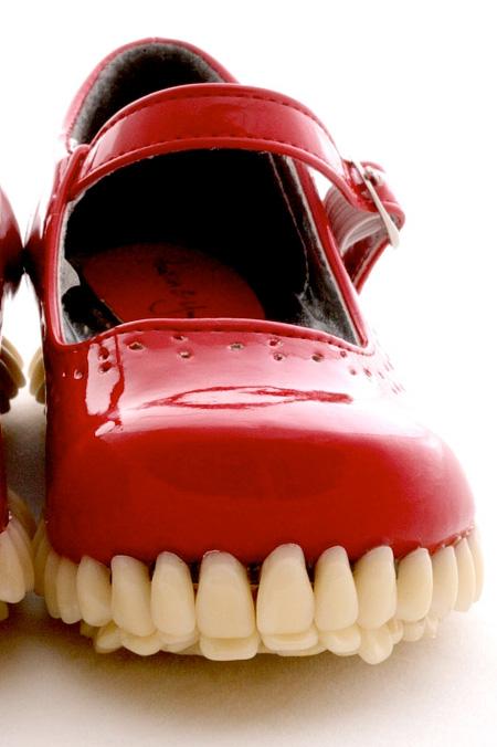 アウトソールが歯の形をしているシューズ