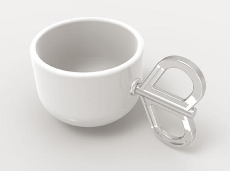 ねじまきの取っ手が付いているコーヒーカップ