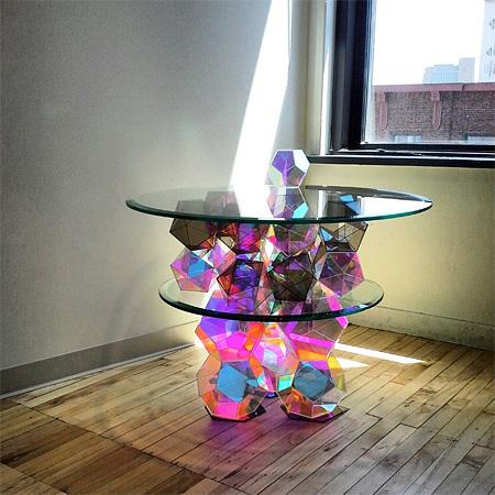 光が反射することによって部屋中の壁に綺麗な模様が写し出されるカクテルテーブル