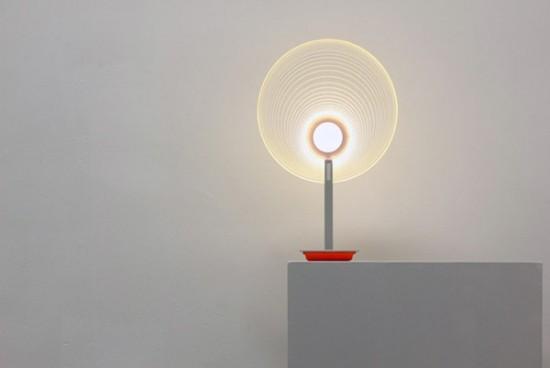 特定の場所をなぞるだけで色の変化が楽しめる感覚的な照明「De Zwarte Straler」