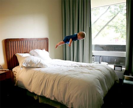 空飛ぶ赤ちゃんの写真