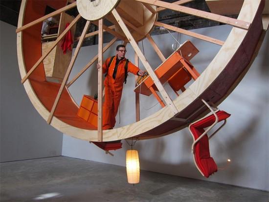 なんだこれは!大きな車輪の中のお家「In Orbit」