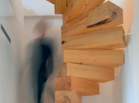 ポーランドの小さなアパートにつくられたジェンガのような階段